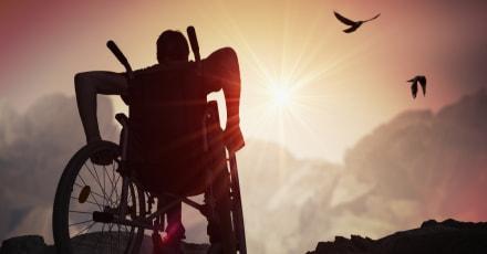 Hombre con parálisis logra caminar en 'armadura' controlada por la mente