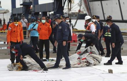 Avión Indonesia: Encuentran partes de cuerpos y escombros