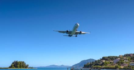 Piloto logra aterrizaje después de que puerta se abriera en pleno vuelo