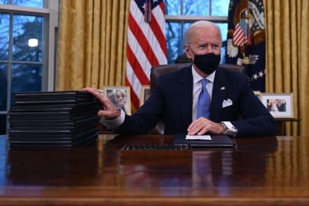 El presidente Joe Biden firma sus primeros decretos sobre inmigración y pandemia