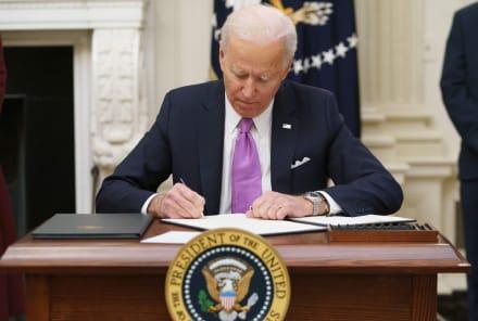 Biden reestablecerá restricciones de viaje a más de 26 países el lunes