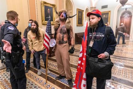 """""""QAnon Shaman"""" quiere declarar contra Donald Trump por asalto a Capitolio"""