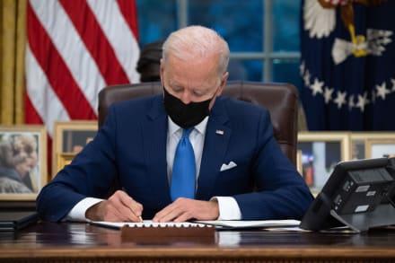 """Biden firma órdenes ejecutivas para """"restablecer la fe"""" en el sistema migratorio de EE.UU."""
