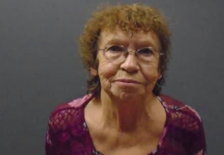 Arrestan a anciana de 74 años por golpear con martillo a su novio por dejar la TV encendida