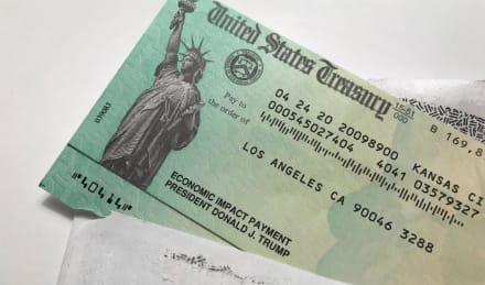 Senadores urgen al IRS entregar cheque a grupo vulnerable