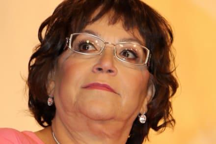 ¿Presumida? Critican a mamá de Jenni Rivera, por grabarse mientras regalaba dinero a los necesitados (VIDEO)