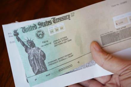 Envío del cheque de $1,400 podría tardar por disputa por aumento del salario mínimo