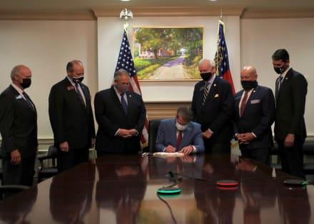 Georgia: Gobernador Kemp firma un proyecto de ley electoral republicano en medio de una protesta