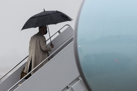 Biden casi tropieza por las escaleras del Air Force One, pero esta vez evita caer