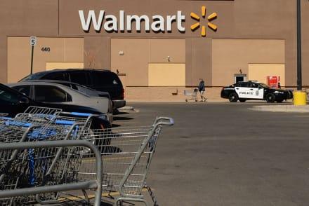 Buscan a sospechoso de apuñalar a hombre y lanzar cloro a mujer en un Walmart