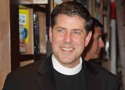 Padre Alberto pide ayuda para localizar a joven latino
