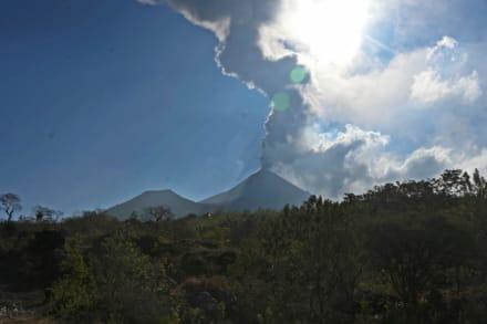 "Volcán en San Vicente entra en erupción tras advertencia de amenaza ""inminente"""