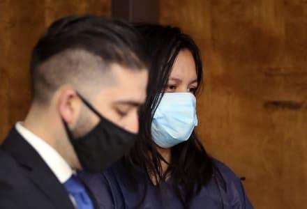 Madre hispana acusada de asesinar a sus tres hijos y usar cuchillo como arma