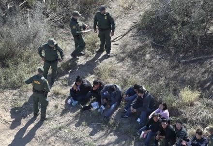 Madre hondureña abraza a sus hijos tras cuatro de separación por el gobierno de Trump