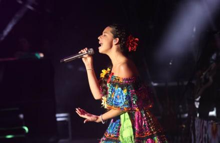 Mientras Ángela Aguilar sube al escenario, hija del Canelo se lleva aplausos con su vestido