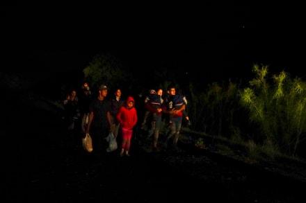 Niña de 8 años llega sola a la frontera y se entrega a la Migra