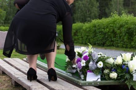 Hermana de Keishla Rodríguez abraza la tumba de la joven asesinada (VIDEO)