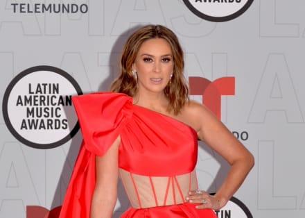 Jacky Bracamontes les hace la competencia a las participantes de Miss Universo con vestido con transparencias y sin brasier