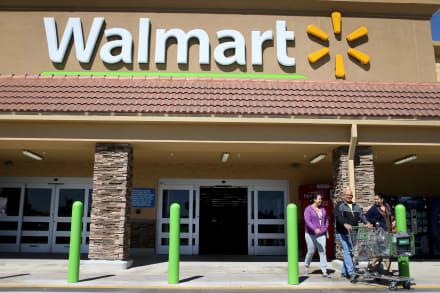 Pelea en Walmart de Colorado: cliente escupe a guardia de seguridad y este lo noquea