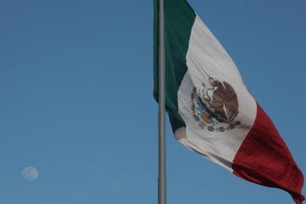Estudiante que usó la bandera mexicana en su graduación recibe su diploma 4 días después