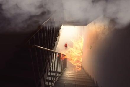 Alarmante incendio se desata en empresa; más de 150 bomberos tratan de controlarlo (VIDEOS)