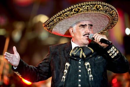Vicente Fernández lo hace de nuevo, ahora besa en la boca a una fan (FOTOS)