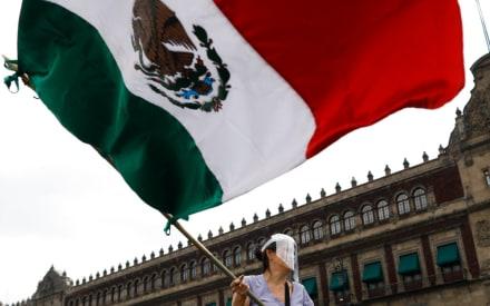 Le niegan su diploma a otra estudiante por traer la bandera de México