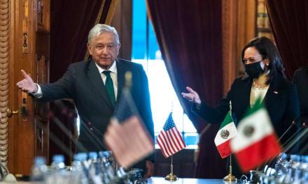 Kamala Harris es criticada por no visitar la frontera en su viaje a México