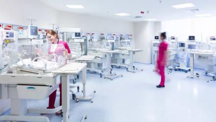 Nacen diez bebés de vientre de una mujer y hoy luchan por su vida en hospital