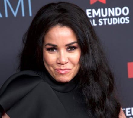 ¿Tiene mejor cuerpo que la famosa? Mamá de la Veneno Sandoval le 'roba cámara' en traje de baño (VIDEO)