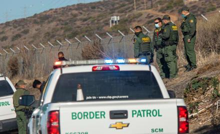 Patrulla Fronteriza encuentra a 27 indocumentados hacinados en camión (FOTOS)