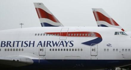 Avión colapsa en plena pista de aeropuerto (FOTOS Y VIDEO)