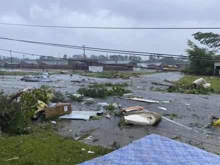 Tornado arrasa con vecindario de 'trailas' tras el paso de Claudette por Alabama
