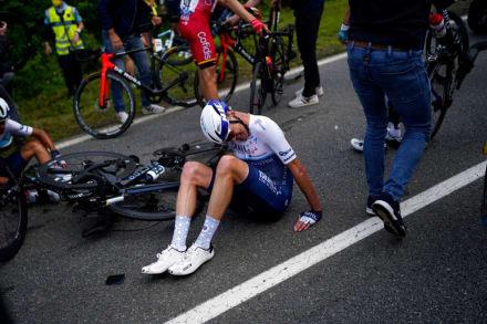 Fanática provoca masivo accidente en Tour de Francia