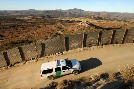 Migrantes escalan muro fronterizo en Arizona y varios logran escapar (Video)