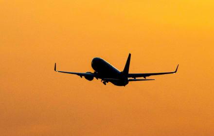 Pilotos hacen aterrizaje forzoso en Hawai y sobreviven a impacto