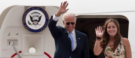 Nieta de Joe Biden, Naomi Biden, celebra el 4 de julio desde un yate con un hombre