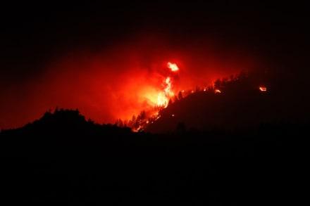 Incendio forestal crece, destruye 20 casas y extienden orden de evacuación
