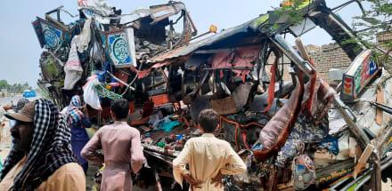 Accidente de bus deja al menos 33 muertos y 40 heridos