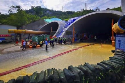 Hallan muertos a 14 atrapados en túnel inundado en China