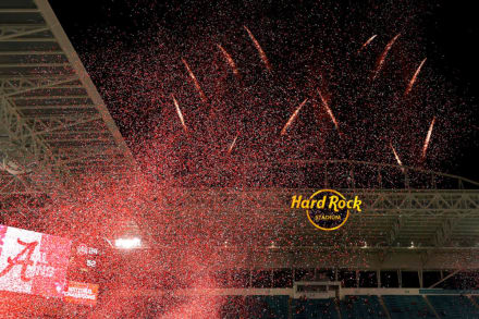Colapsa parte del escenario en Hard Rock Stadium de Miami