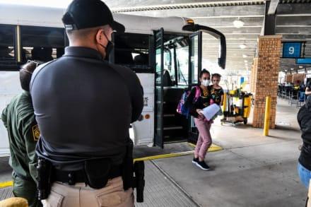 Liberaron a migrantes en estación de autobuses en Texas para que viajen a su destino en EEUU (Video)
