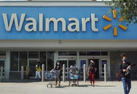 Mujer demandó a un Walmart por hasta $1 millón tras ser golpeada con una puerta