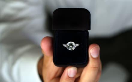 CURIOSO: Albañil hondureño le pide matrimonio a su novia en plena obra (VIDEO)