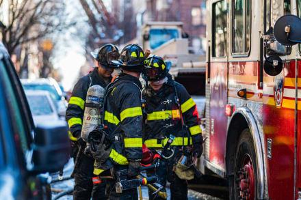 Rescatan a dos trabajadores tras colapso de construcción en Nueva York