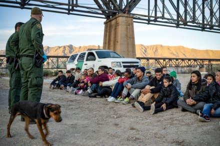 Graban a mil inmigrantes debajo de puente en Texas y culpan a Biden