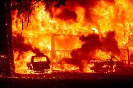 Incendio forestal arrasa un histórico pueblo en California