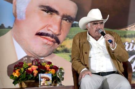 "Vicente Fernández ""está grave, pero estable"" en terapia intensiva"