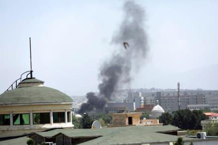 El presidente de Afganistán huye de su país en medio del avance de los talibanes