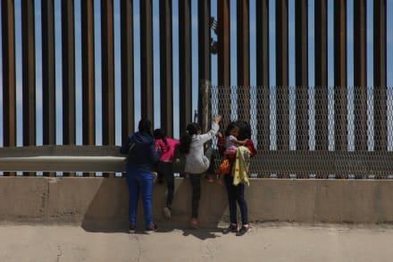 Caitlyn Jenner, madrastra de las Kardashian ¿indica a inmigrantes por donde cruzar la frontera? (VIDEO)